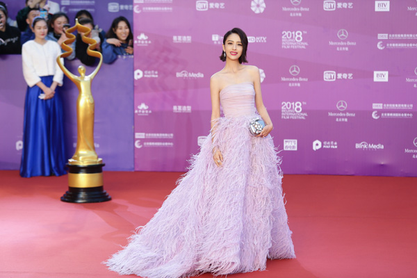 戴比尔斯相伴佟丽娅亮相北京电影节闭幕红毯