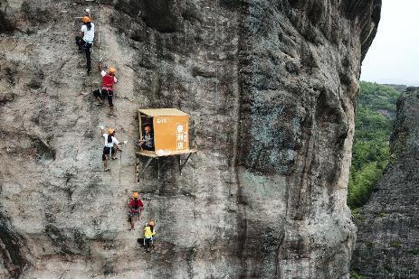 小卖部开悬崖上 距地面垂直高度竟有100余米