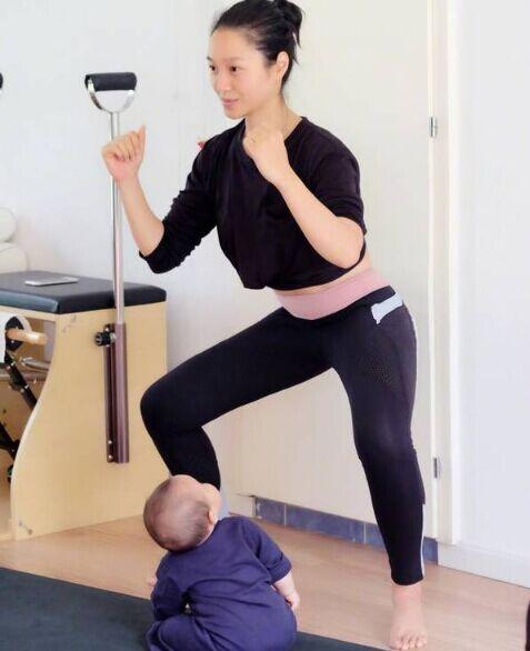 朱丹素颜跟女儿健身 宝宝背影照软萌