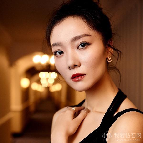 气质女星性齐溪携手伯爵珠宝现身第12届亚洲电影大奖