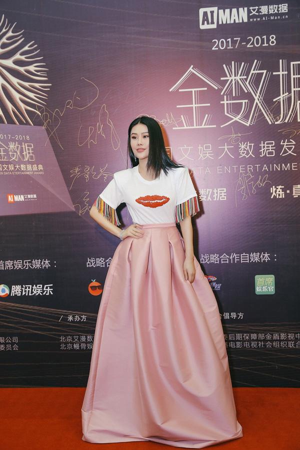 袁娅维佩戴戴比尔斯出席中国文娱大数据发布盛典