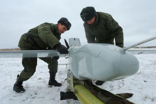 俄无人攻击机首次在夜间排练中亮相