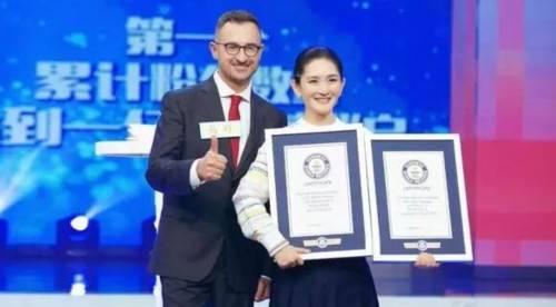 谢娜创吉尼斯记录 快本节目中获颁证书