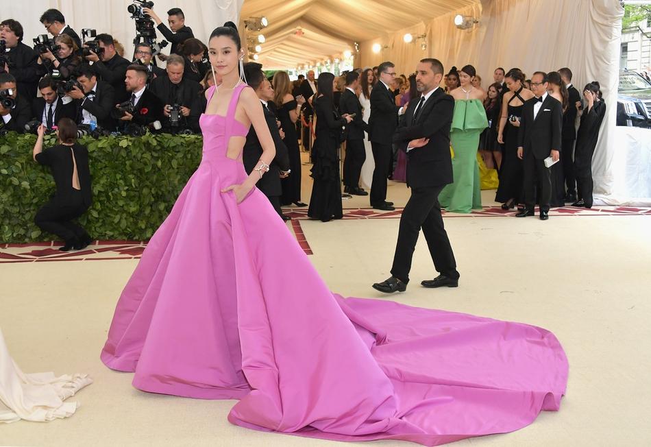 超模奚梦瑶着粉色礼服亮相MET GALA红毯