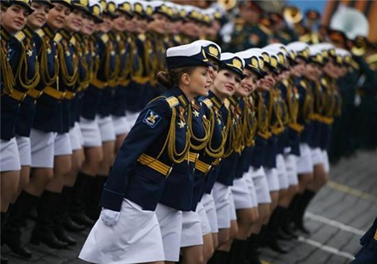 俄女兵部队亮相 她们英姿飒爽脸上笑容自信