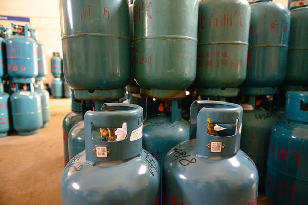 东安城管联合查处5处非法经营液化气窝点