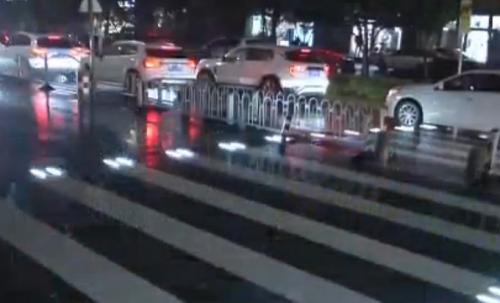 西安现炫酷斑马线 以此提醒过往车辆减速慢行