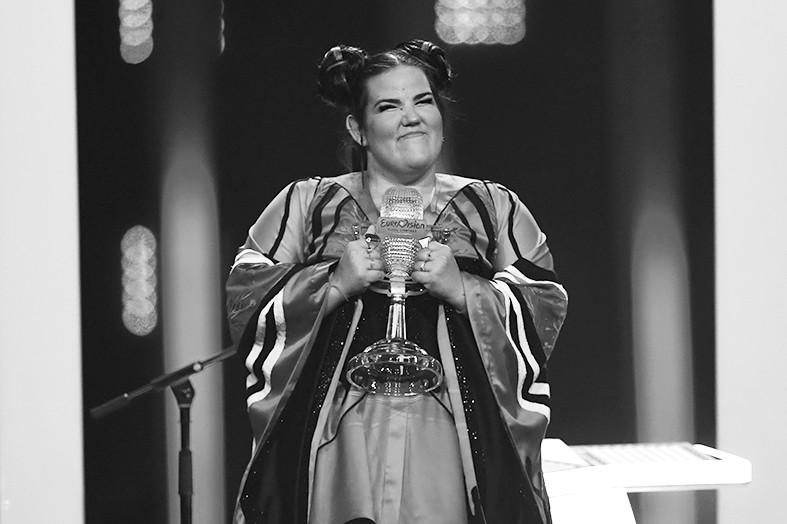 """以色列歌手夺冠军 却被批""""表演多于唱功"""""""