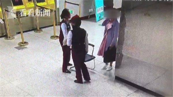 女子坐地赶报告 直到地铁站收班姑娘还在加班工作