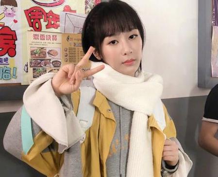 杨紫夏季拍冬装戏 微博晒照显可爱