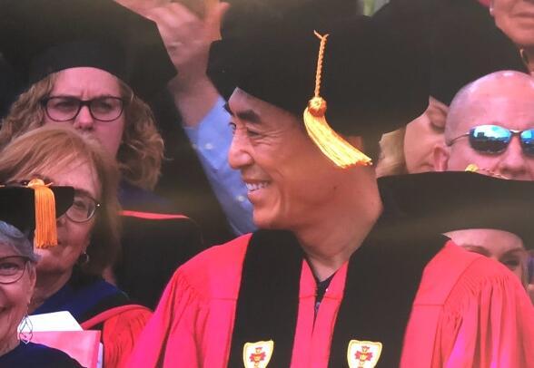 张艺谋获博士学位 与同学们阔步前行喜笑颜开