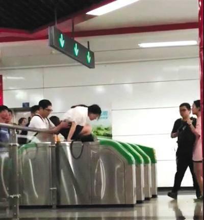 成都草莓音乐节结束后 乘客集体跳闸逃票