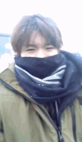 王源穿棉衣对抗大雪 自嘲:我都不刚了