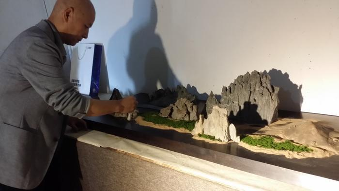六旬老人十年收藏奇石 重现丝绸之路