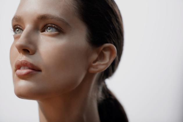 碧欧泉官宣超模艾米丽·迪多纳透成为全球护肤代言人