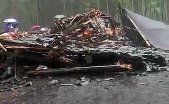 浙江木质廊亭倒塌 共有10人受伤