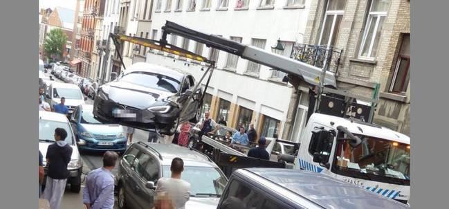 """特斯拉连撞五车 媒体将这起车祸形容为""""难以置信"""""""