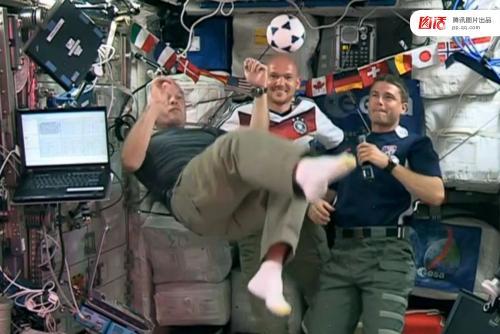 俄宇航员太空踢球 这枚足球将被用作2018世界杯揭幕战用球