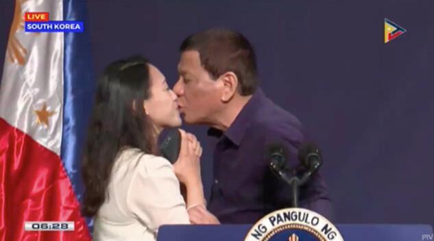 杜特尔特吻女菲侨 这一举动大受批评