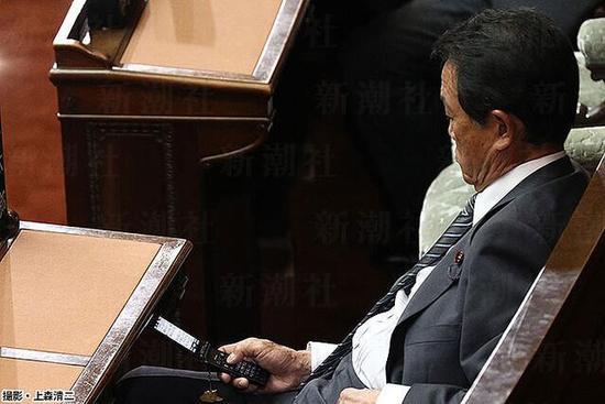 """麻生太郎玩手机 发短信称""""国会真是一团糟"""""""