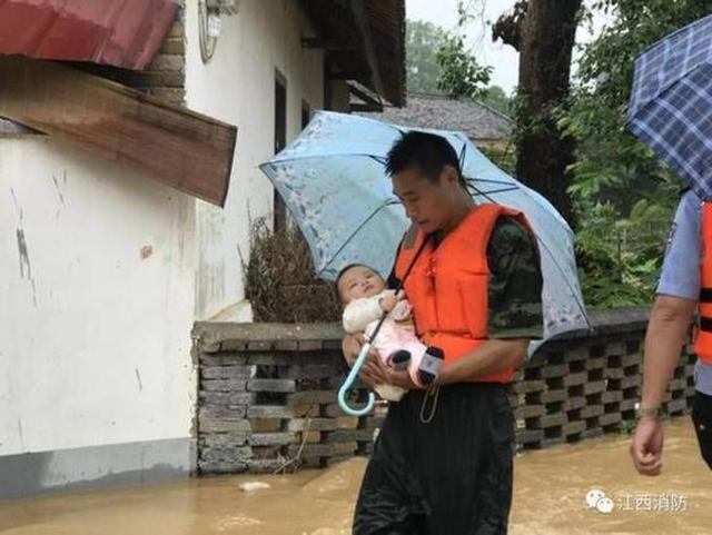 婴儿为战士撑伞 这张照片感动了很多人