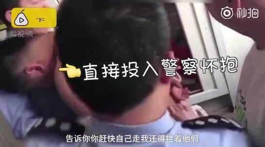 小偷进体院行窃:警察学生合力擒获 网友:谁给你的勇气?