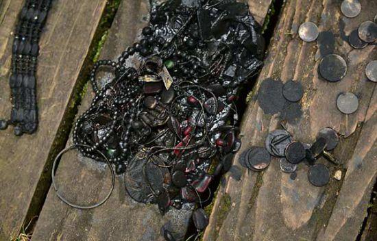 男子从湖里打捞出一个保险箱 里面装满珠宝