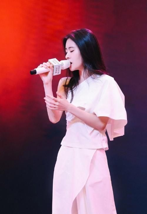 人气歌手张碧晨倾情助阵鸿来福珠宝盛大品牌庆典活动