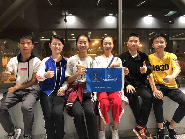 开幕式中国小旗手亮相世界杯 沉稳且自信