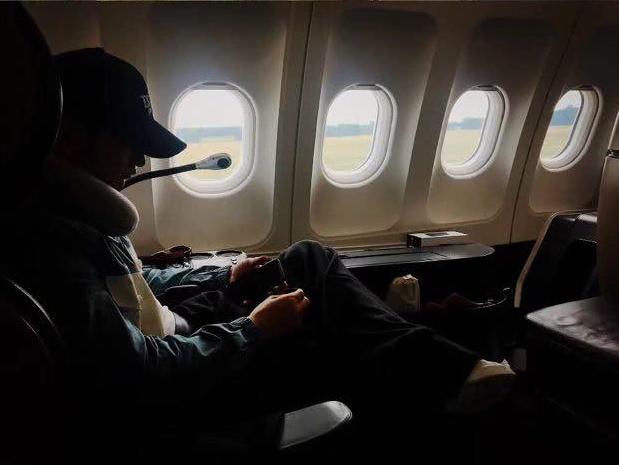 黄晓明乘飞机突遇机舱冒烟 继续淡定练歌