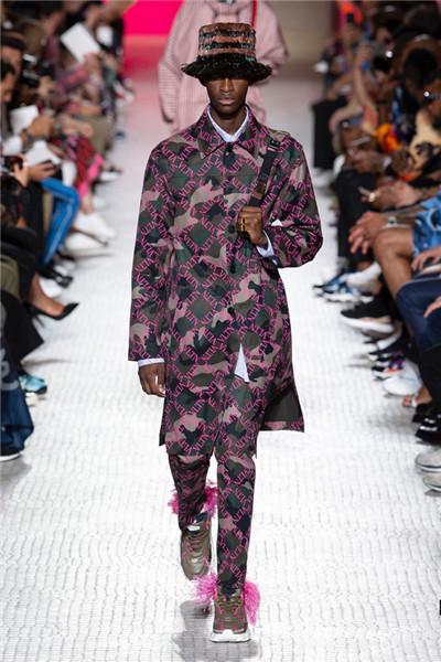 Valentino(华伦天奴)于巴黎发布2019春夏男装系列
