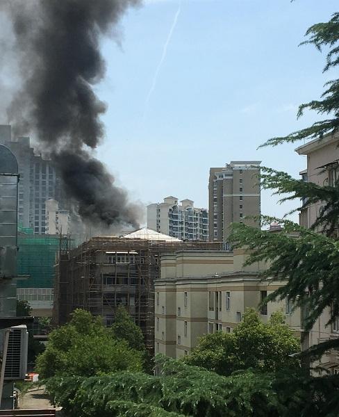 工人楼顶加热沥青 不慎引起火灾
