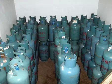液化气钢瓶泄漏引起燃烧 消防员紧急出动现场扑救