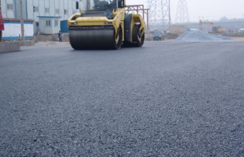 济南东站田园大道工程正式开始沥青铺设施工