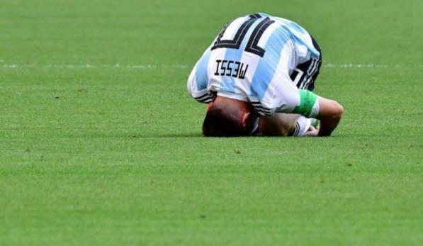 梅西头顶草坪跪地 上帝已经离阿根廷远去了