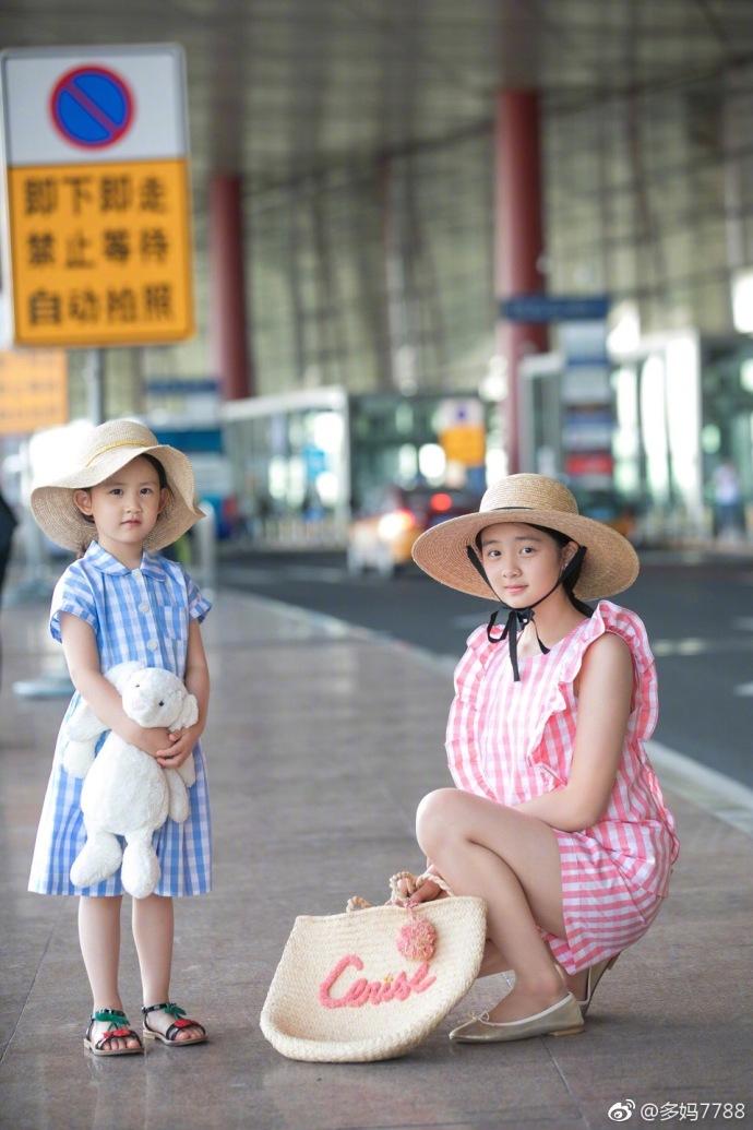 黄多多和妹妹牵手拍街拍大片
