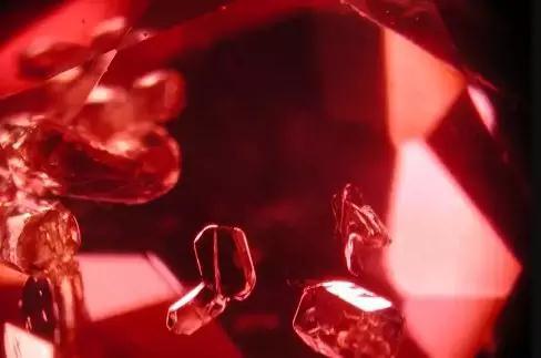 不同产地的红宝石 它们内部包裹体也不尽相同