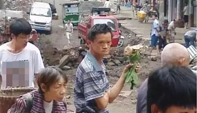 农民撞脸马云走红 回乡干起捡鸡枞的老本行