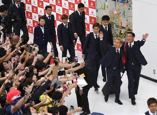 日本迎接男足归国 800余名球迷守候在机场接机
