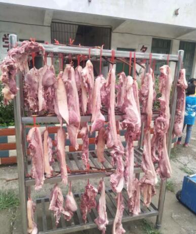 广西一小学给优秀生发猪肉 这奖品够实在!