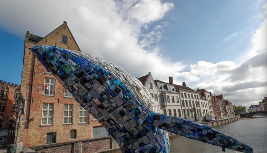纽约公司用垃圾打造巨型鲸鱼雕塑 呼吁保护海洋