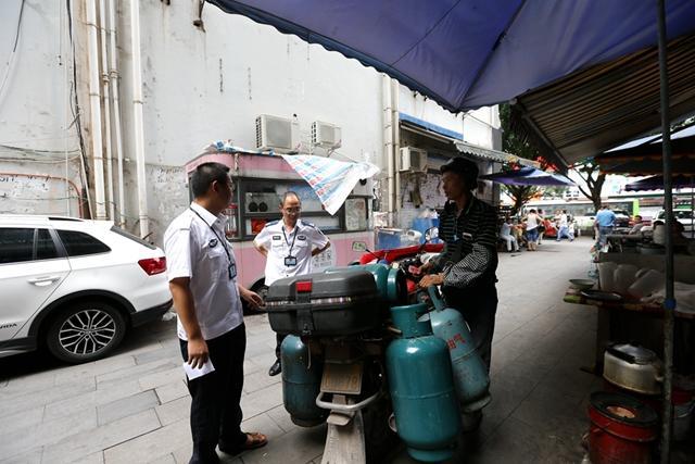 摩托车运送液化气瓶遭暂扣 市民举报安全隐患大