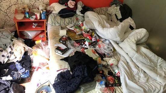 姑娘脏到酒店报警 还不让保洁打扫是为何?