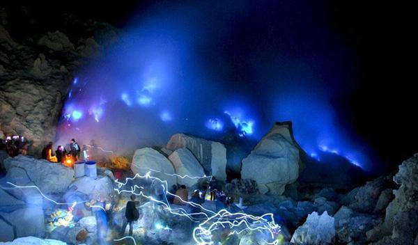 印火山喷出罕见蓝光 这个奇观只能在晚上看见