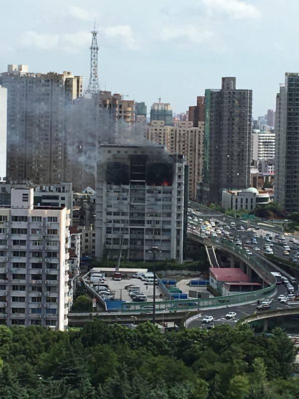 上海静安一商务楼起火 大楼外侧墙壁已被熏黑