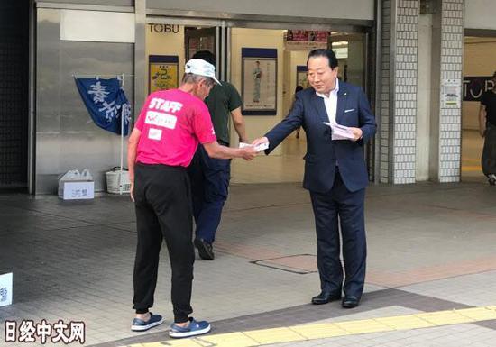 日本前首相连续31年发传单 称这样更容易与别人交谈