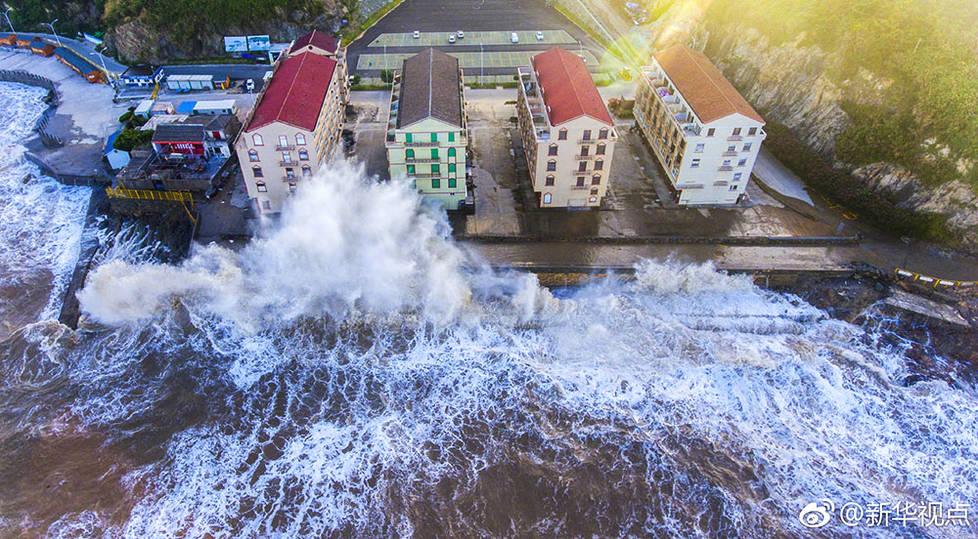 台风登陆浙江画面实拍 这个巨浪简直了