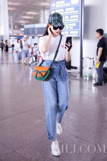 学戚薇穿Mom牛仔裤打造一米八大长腿