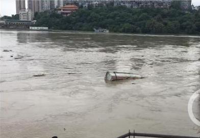 涪江水位过高:油罐车被洪水卷涪江 擦桥而过距离仅一米