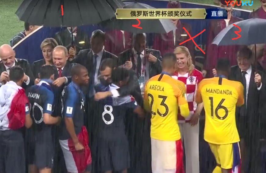 世界杯颁奖下暴雨 尴尬的一幕出现了